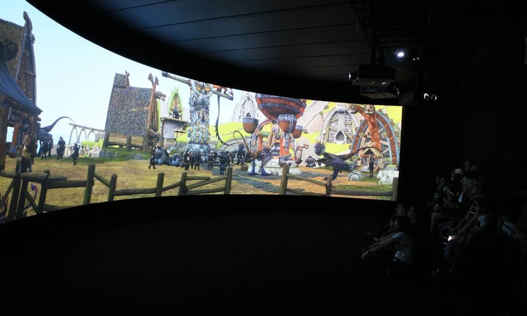 """A mostra """"DreamWorks Animation"""", que estreou há menos de uma semana e fica em cartaz até 15/4 no CCBB do Rio, já quebrou o recorde diário de visitação nos 30 anos do centro cultural: no domingo (10), 27.929 pessoas viram os bastidores de Shrek e cia. — o recorde anterior era da mostra dedicada ao artista holandês M.C. Escher, que teve 23.357 visitantes em um único dia de 2011. Uma das atrações imperdíveis da expo dedicada ao estúdio de animação é o """"Voo do dragão"""", uma projeção de 180 graus mostrando o Banguela de """"Como treinar o seu dragão"""" sobrevoando uma aldeia. Foto: Divulgação"""