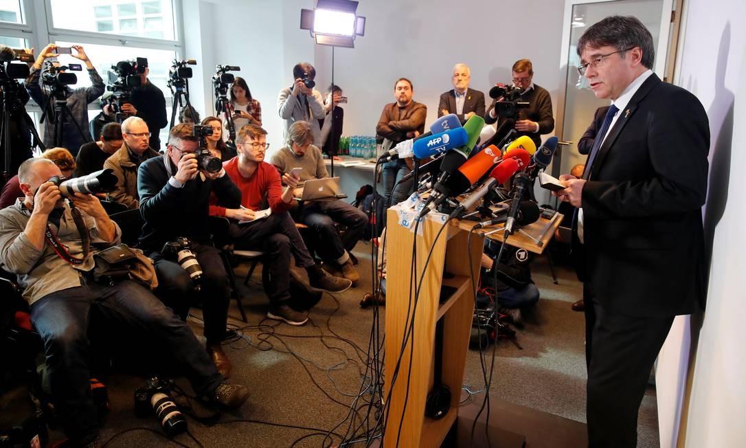 O ex-presidente regional catalão Carles Puigdemont dá entrevista em Berlim, Alemanha, sobre o julgamento dos 12 separatistas. Puigdemont fugiu para o exílio após a prisão de separatistas Foto: Hannibal Hanschke / REUTERS