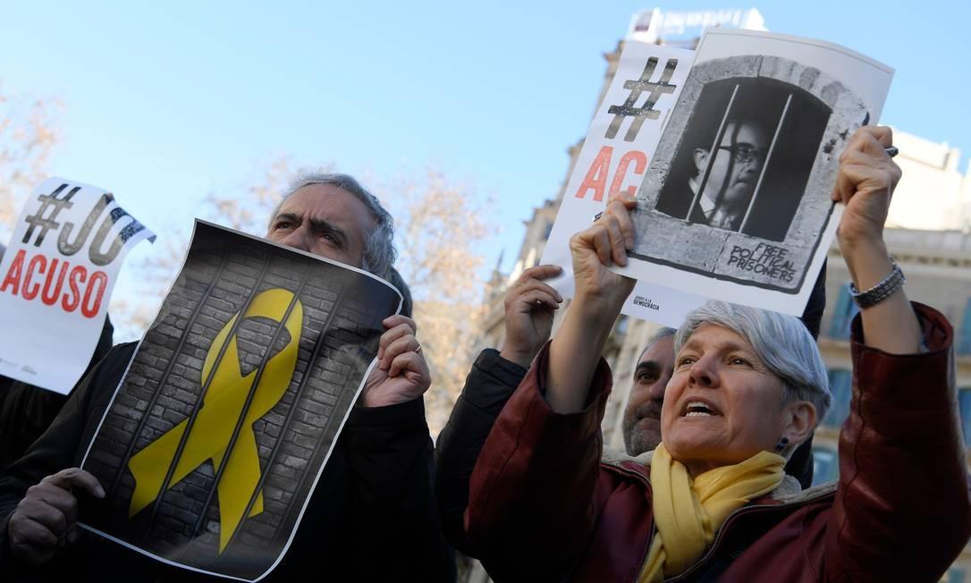 Manifestantes exibem cartazes com a imagem do político separatista Josep Rull Foto: LLUIS GENE / AFP