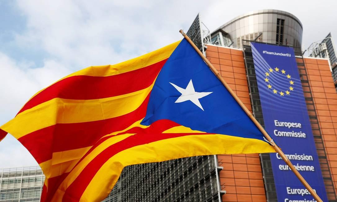 Uma bandeira separatista catalã é exibida durante o protesto em frente à sede da Comissão Europeia, em Bruxelas Foto: FRANCOIS LENOIR / REUTERS