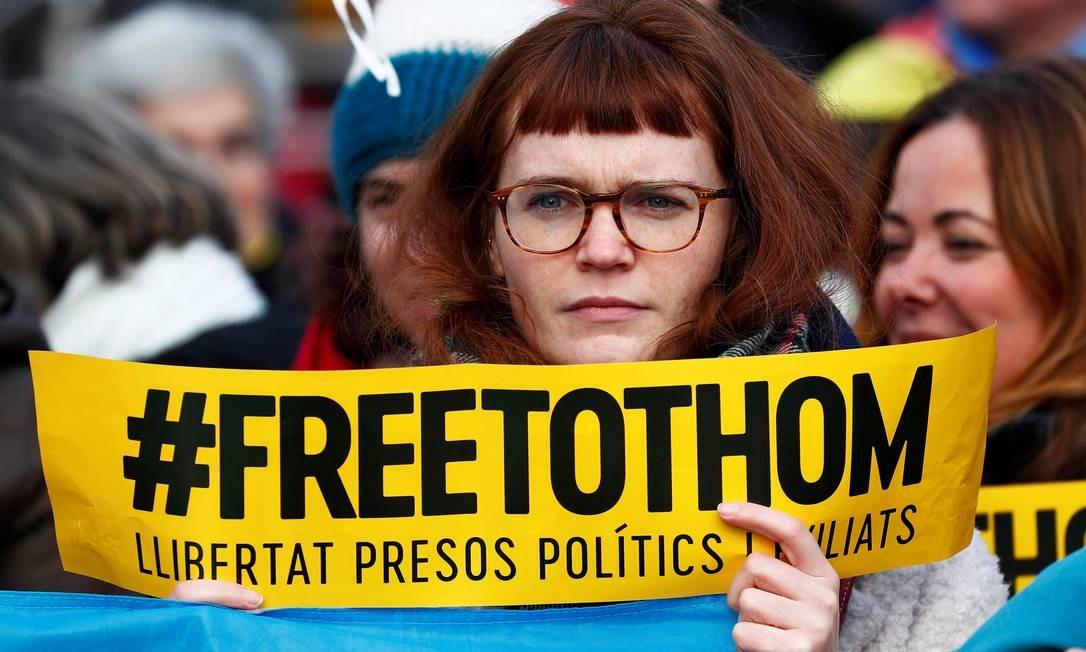 """Manifestante pró-independência segura um cartaz com a frase """"Liberdade para todos"""" durante o protesto em frente à sede da Comissão Europeia em Bruxelas, na Bélgica Foto: FRANCOIS LENOIR / REUTERS"""