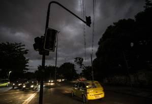 Durante o último temporal, diversas vias da cidade ficaram sem luz e semáforos deixaram de funcionar Foto: Guito Moreto / Agência O Globo