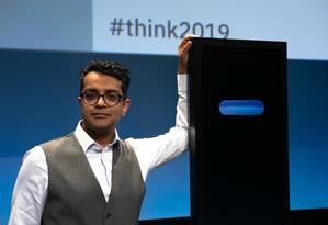 Harish Natarajan ao lado da Miss Debater, máquina criada pela IBM para debater com humanos Foto: IBM