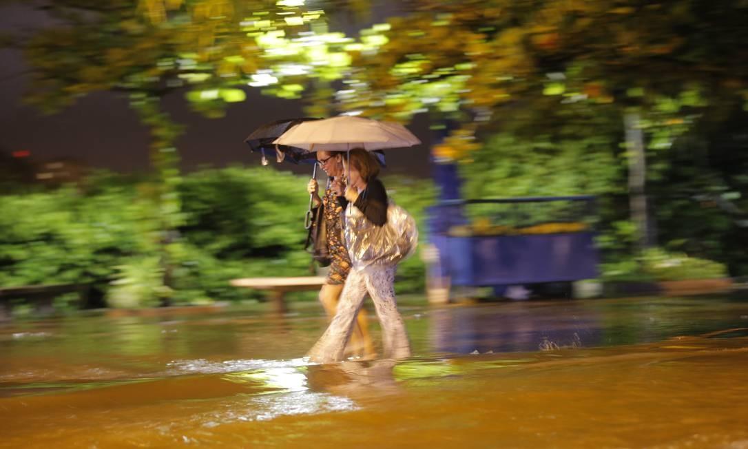 Chuva que caiu no Rio na noite da última quarta-feira causou transtorno aos cariocas Foto: Alexandre Cassiano / Alexandre Cassiano