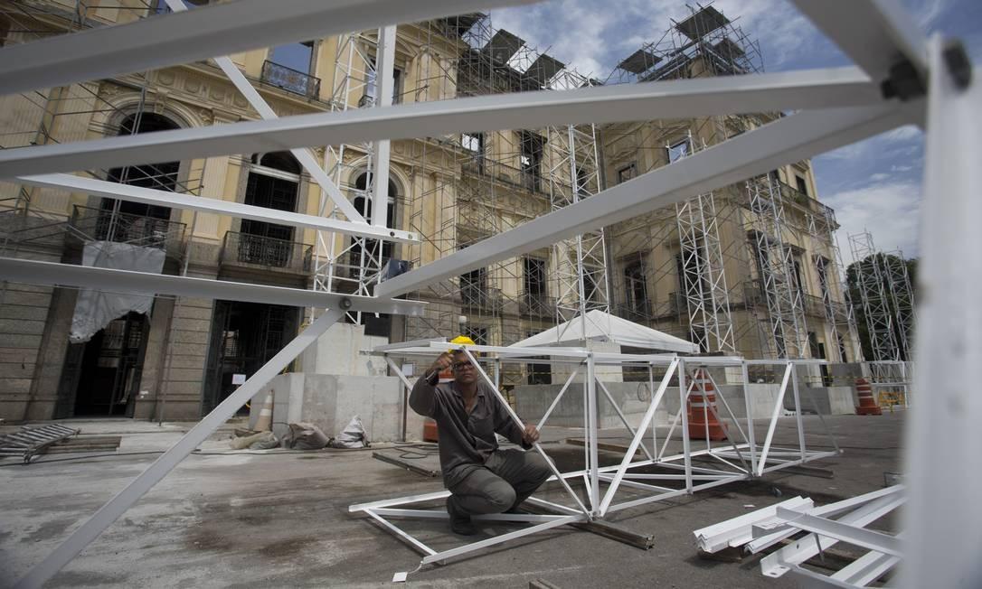 Operário trabalha na montagem do andaime que dará sustentação ao teto provisório do museu Foto: Márcia Foletto / Agência O Globo