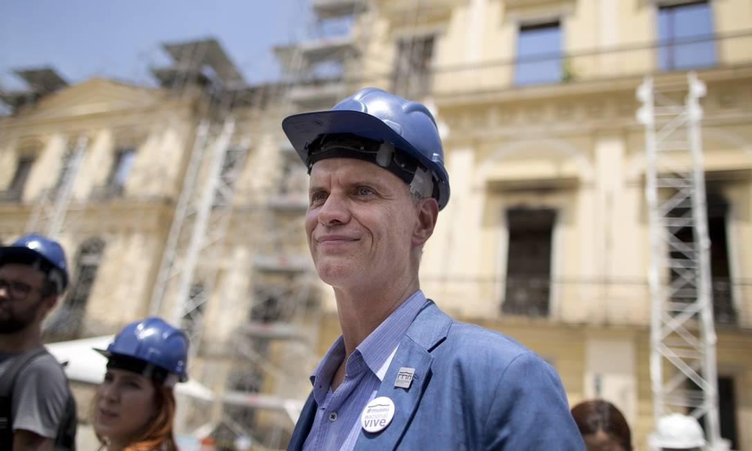 Alexander Kellner, diretor do museu, enaltece o trabalho dos pesquisadores que se voluntariam para resgatar itens valiosos dos escombros do museu Foto: Márcia Foletto / Agência O Globo
