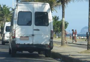 Vans piratas fazem ponto na altura do posto 3 da Av. Lúcio Costa Foto: Agência O Globo