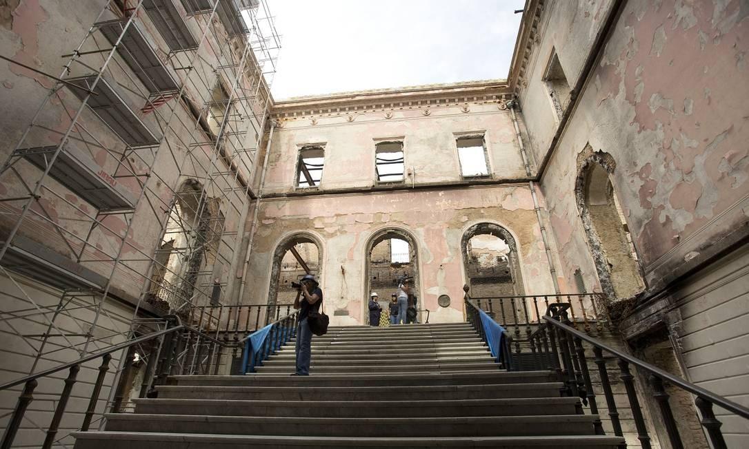 Escada principal, no primeiro salão que se vê logo ao entrar no museu Foto: Márcia Foletto / Agência O Globo