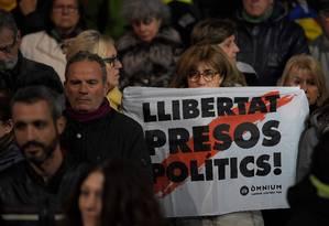 'Liberdade para os presos políticos' diz cartaz carregado por manifestante em ato de apoio aos separatistas acusados, em Barcelona Foto: LLUIS GENE / AFP
