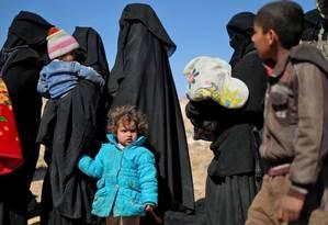 Mulheres e crianças fogem de Baghouz, no Leste da Síria, durante ofensiva contra o Estado Islâmico Foto: DELIL SOULEIMAN / AFP
