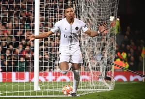 Mbappé comemora seu gol na vitória do PSG sobre o Manchester United Foto: FRANCK FIFE / AFP