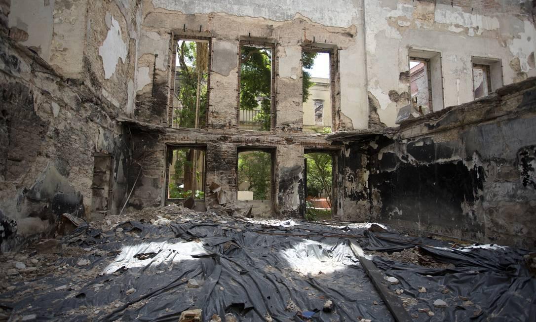 Escombros e trabalho de resgate dentro do prédio do museu Foto: Márcia Foletto / Agência O Globo