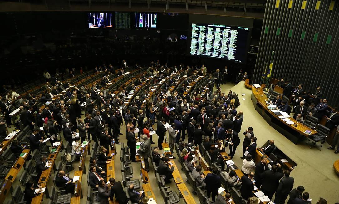 Sessão no plenário da Câmara dos Deputados: acenos a parlamentares com cargos nos estados. Foto: Jorge William / Agência O Globo