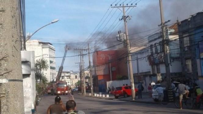 Duas pessoas morreram no incêndio ao depósito do supermercado na segunda-feira Foto: Reprodução / Redes sociais