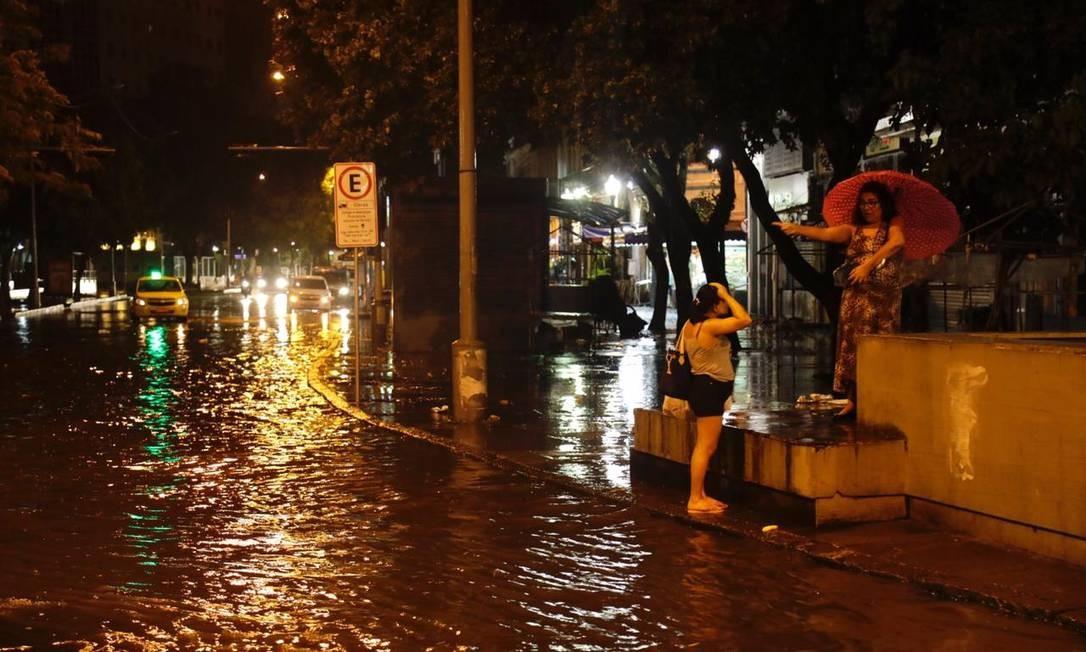 Bolsão d'água na Rua do Catete Foto: Gabriel Monteiro/Agência O Globo