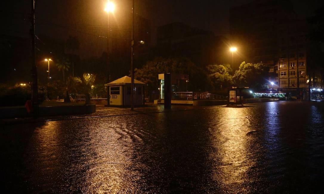 Na Praça Afonso Pena ficou alagada após chuvca forte Foto: Gabriel Monteiro/Agência O Globo