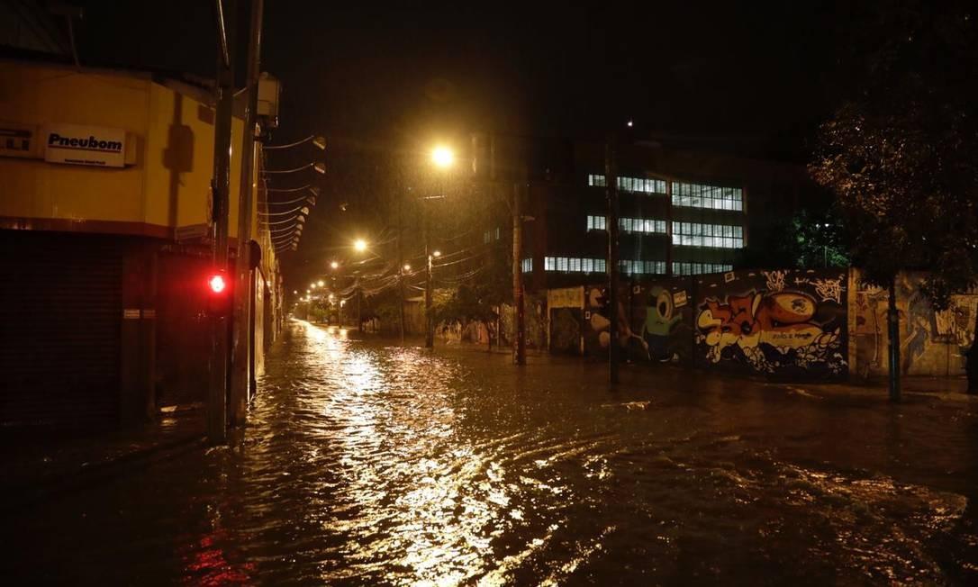 Em Vila Isabel, a Rua 28 de setembro ficou alagada Foto: Gabriel Monteiro/Agência O Globo