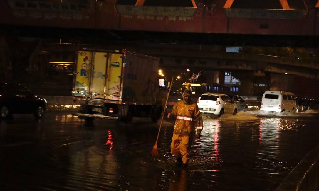Na Avenida Brasil, bolsões d'água provoca engarrafamento na altura do Caju Foto: Gabriel Monteiro/Agência O Globo