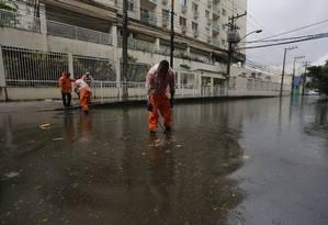 Garis tentam desobstruir bueiros em rua alagada de São Cristóvão Foto: Pablo Jacob / Agência O Globo