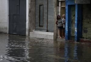 Moradores ilhados em rua de São Cristóvão após temporal Foto: Pablo Jacob / Agência O Globo