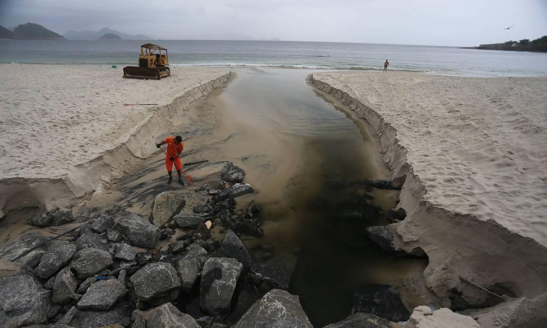 Efeitos da chuva: língua negra na Praia de Copacabana, em frente à Rua Souza Lima, no Posto 5 | Foto: Márcia Foletto / Agência O Globo