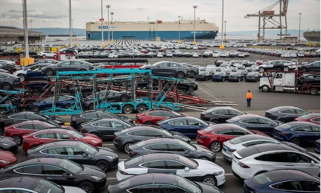 Veículos da Tesla estacionados em frente ao Emerald Ace antes de serem carregados para embarque no Pier 80, em São Francisco Foto: / Bloomberg