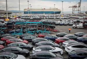 Veículos da Tesla estacionados em frente ao Emerald Ace antes de serem carregados para embarque no Pier 80, em São Francisco Foto: Bloomberg
