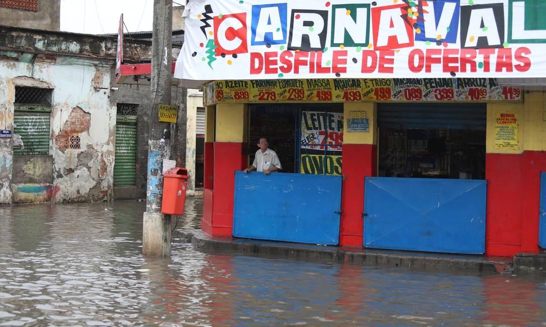 Comerciante ficou totalmente ilhado na Dr. Oliveira Botelho, em Neves, São Gonçalo | Foto: Fabiano Rocha / Agência O Globo