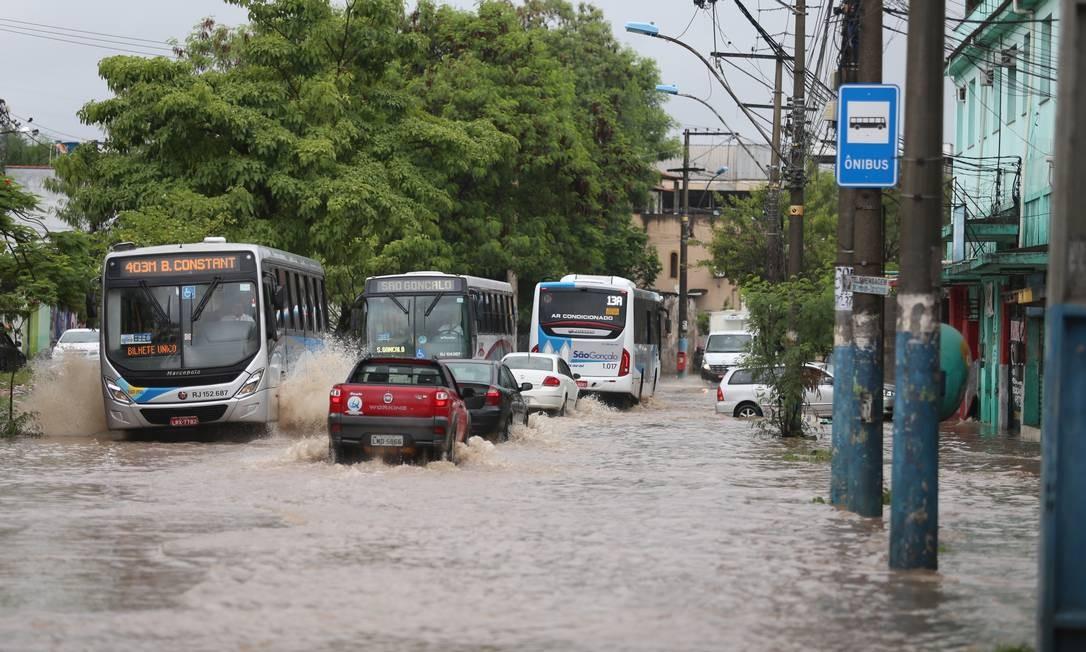 Trânsito ficou caótico devido a alagamento na Rua Dr. Oliveira Botelho, em Neves, São Gonçalo | Foto: Fabiano Rocha / Agência O Globo