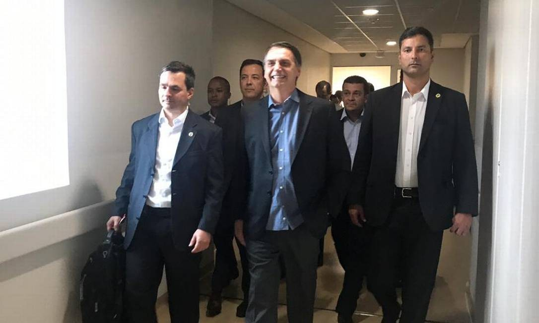 O presidente Jair Bolsonaro caminha em corredor do Hospital Albert Einstein, após ter alta Foto: Divulgação/Presidência