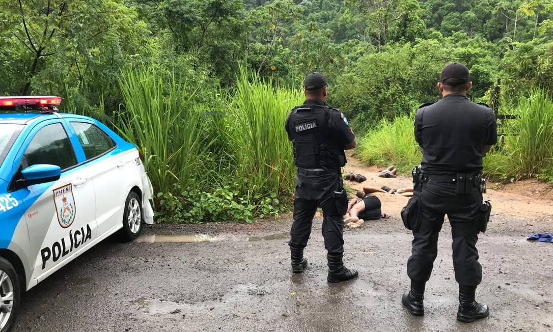 A polícia trabalha com a hipótese de quatro vítimas tenham sido assassinadas em meio a uma guerra pelo controle do tráfico no Morro São Simão, em Queimados Foto: Cleber Júnior