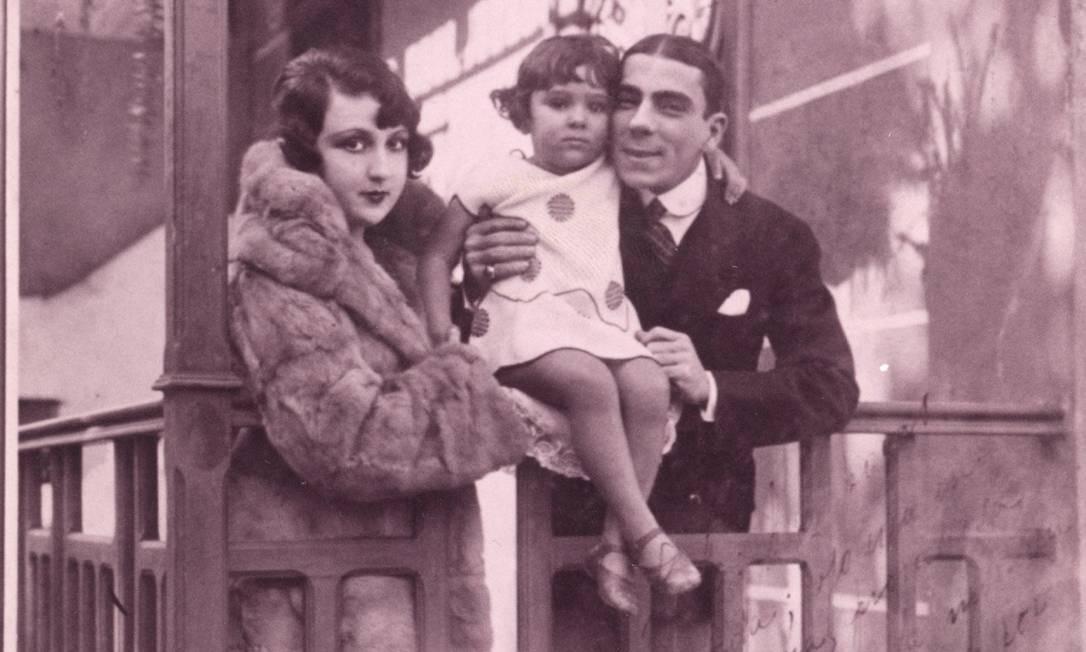 Na década de 20, com os pais, a bailarina espanhola Aída Izquierdo e o ator Procópio Ferreira Foto: Arquivo