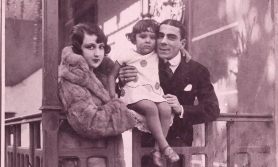 Bibi Ferreira com criança com os pais: Procópio Ferreira e Aída Foto: Reprodução