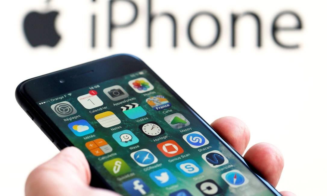 Idec começa a coletar relatos de consumidores sobre problemas com iPhones: instituto quer dimensionar as queixas relativas a obsolescência programada Foto: REGIS DUVIGNAU / REUTERS