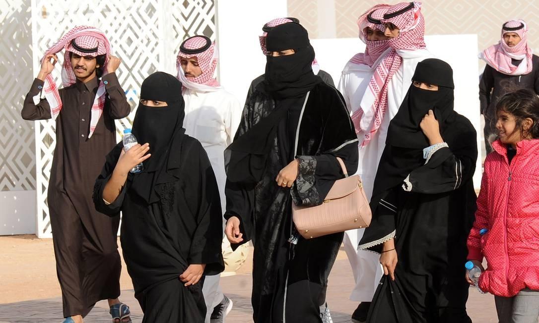 """Mulheres sauditas com suas famílias em Rumah: elas precisam da permissão de um """"guardião"""" para viajar Foto: FAYEZ NURELDINE / AFP/19-1-2018"""