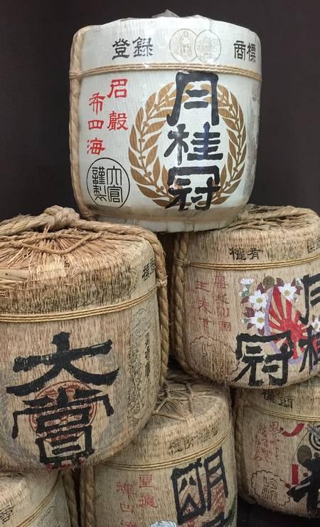 Recipientes tradicionais em exposição no Gekkeikan Okura Sake Museum, em Kioto Foto: Marcelo Balbio / O Globo