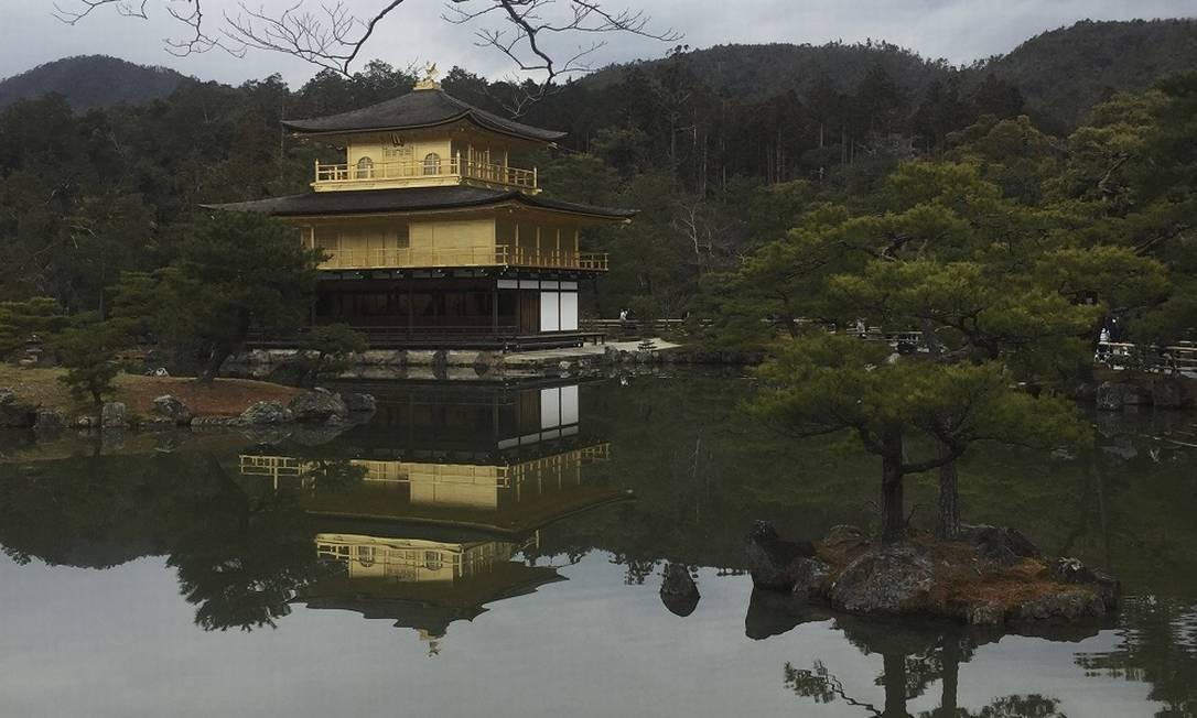 Templo do Pavilhão Dourado, uma das grandes atrações de Kioto Foto: Marcelo Balbio / O Globo