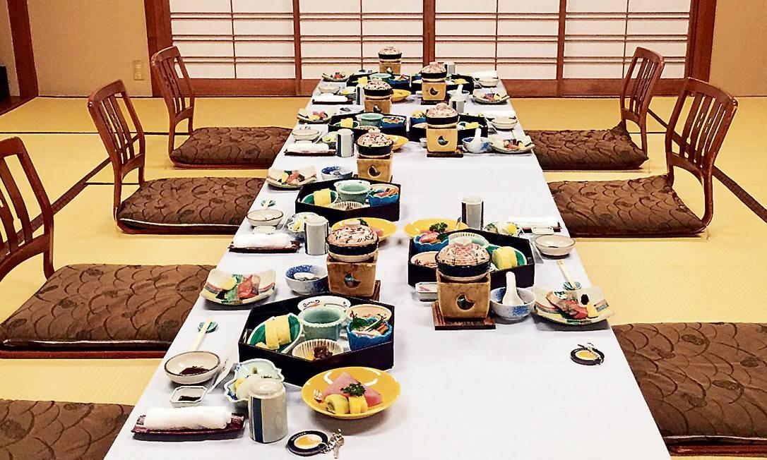 Farto café da manhã japonês num ryokan, tradicional tipo de hotel do país, em Arima Onsen, em Kobe Foto: Marcelo Balbio / O Globo