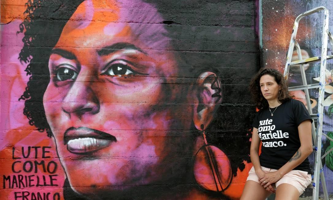 A viúva de Marielle, Mônica Benício, posa ao lado de grafite feito em homenagem à vereadora assassinada Foto: Márcio Alves / Agência O Globo