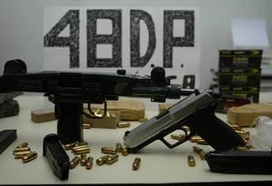 Armas e drogas apreendidas em 2003, no Rio de Janeiro Foto: Gustavo Azeredo / Agência O Globo