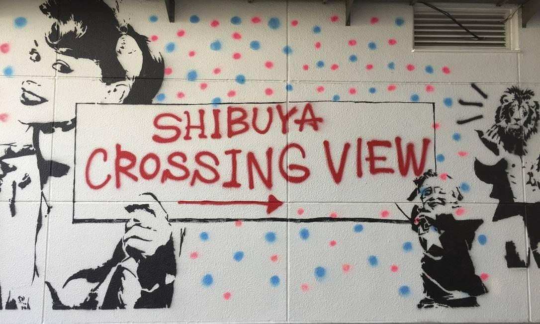 Pintura na parede indica a direção para o famoso cruzamento de Shibuya, o encontro de ruas mais famoso de Tóquio Foto: Marcelo Balbio / O Globo