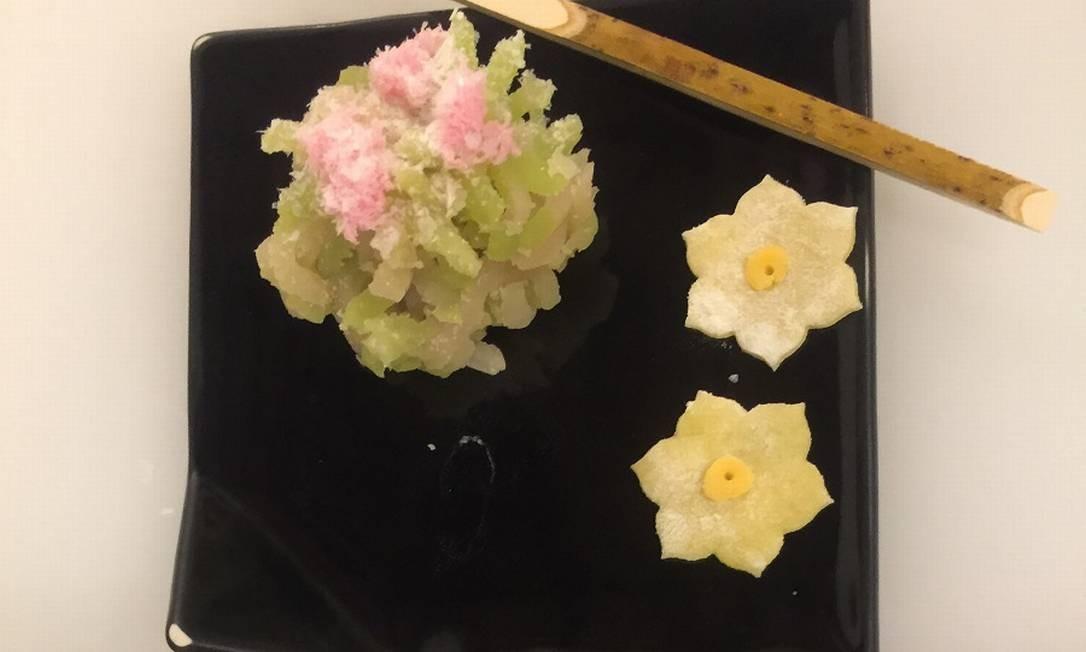 Na loja Kanshundo, em Kioto, turistas podem aprender a fazer o tradicional doce no estilo wagashi, usando apenas hashis Foto: Marcelo Balbio / O Globo
