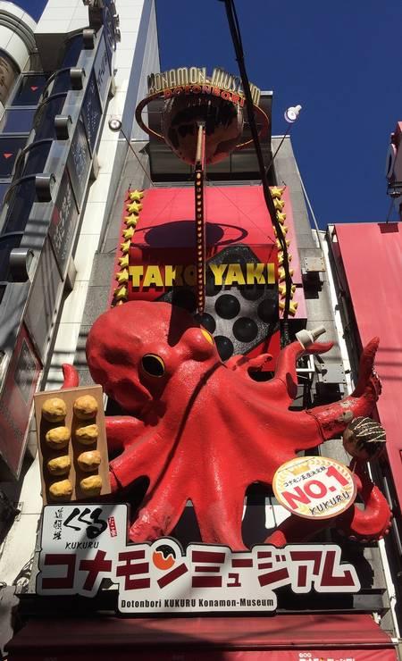O bairro de Dotonbori, em Osaka, é um paraíso para quem ama comida de rua. Fachadas tomadas por letreiros extravagantes, como este em que o polvo parece saltar, disputam a atenção de quem passa Foto: Marcelo Balbio / O Globo