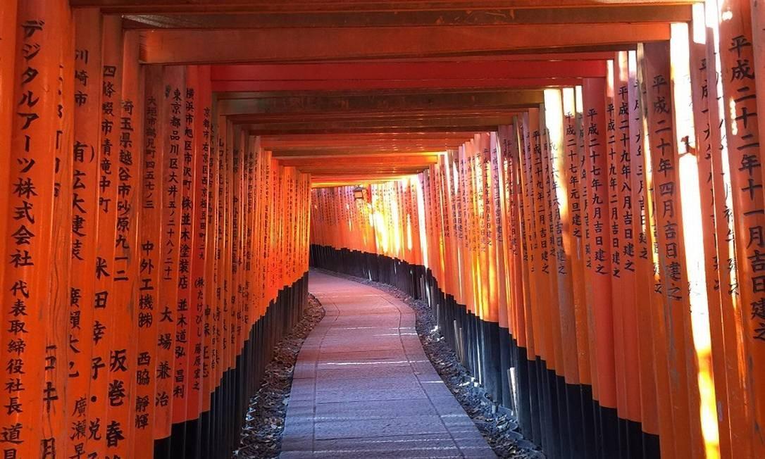 Outro ponto imperdível de Kioto é o santuário xintoísta Fushimi Inari, com seus toris, estes portões em cor de laranja Foto: Marcelo Balbio / O Globo