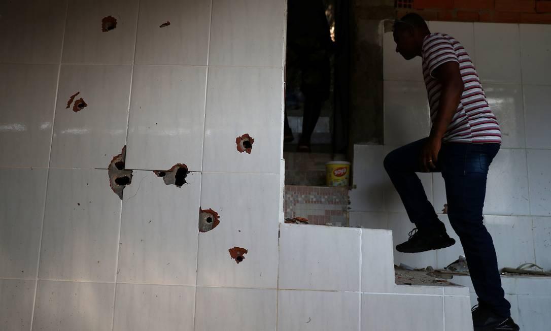 Casa no Fallet ficou coberta de marcas de bala; Polícia Civil investiga se houve execução por parte de PMs Foto: PILAR OLIVARES / REUTERS