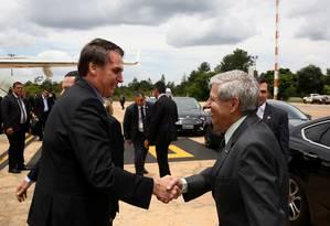 O presidente Jair Bolsonaro ao chegar em Brasília é recebido pelo ministro do Gabinete de Segurança, Augusto Heleno. Foto: HANDOUT / REUTERS