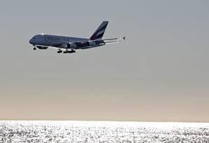 Um Airbus A380-800, da Emirates Airlines, se prepara para pousar no aeroporto internacional de Nice, França Foto: Eric Gaillard / REUTERS
