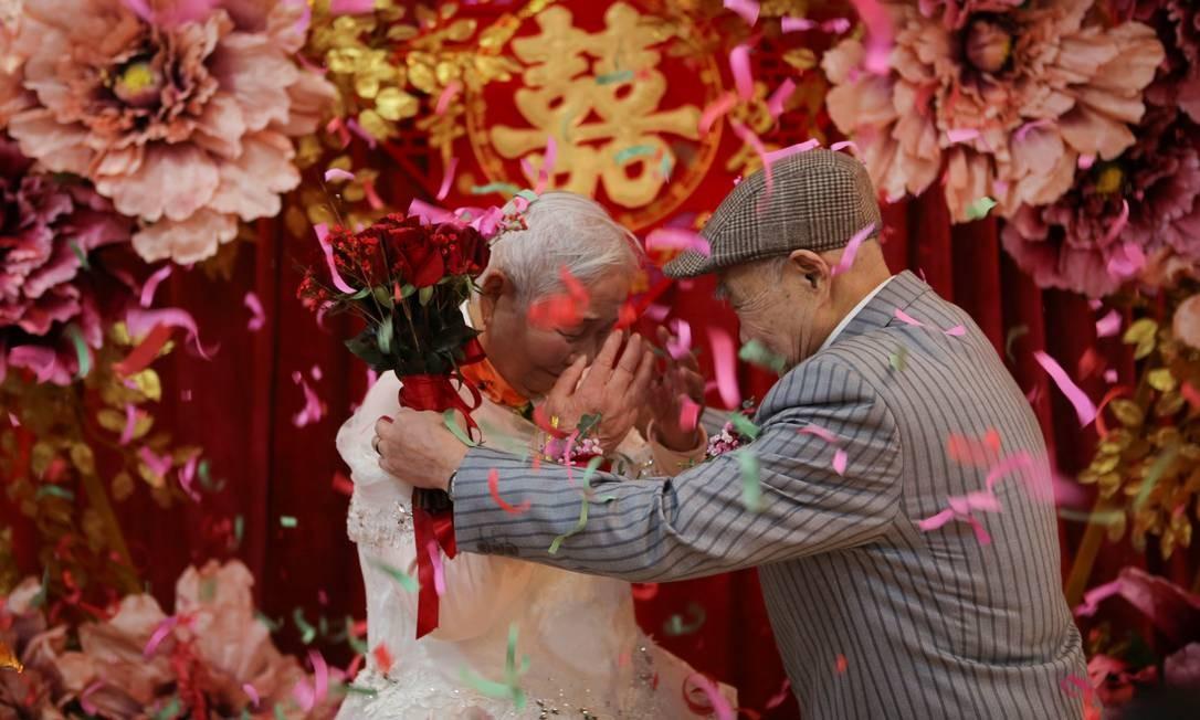 Um casal idoso assiste a uma cerimônia de casamento que é recriada para eles pelas instituições de caridade chinesas em seu 70º aniversário de casamento no Dia dos Namorados em Jiaxing, província de Zhejiang, China Foto: CHINA STRINGER NETWORK / REUTERS