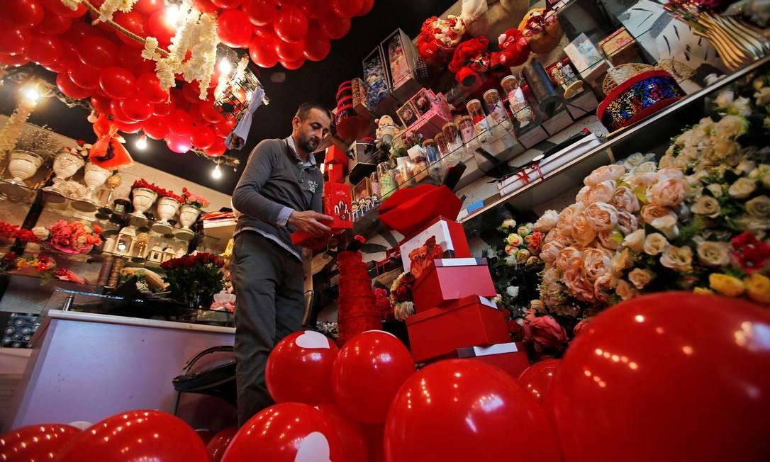Comerciante organiza presentes para o Valentine's Day em uma loja de em Mossul, no Iraque. Foto: KHALID AL-MOUSILY / REUTERS