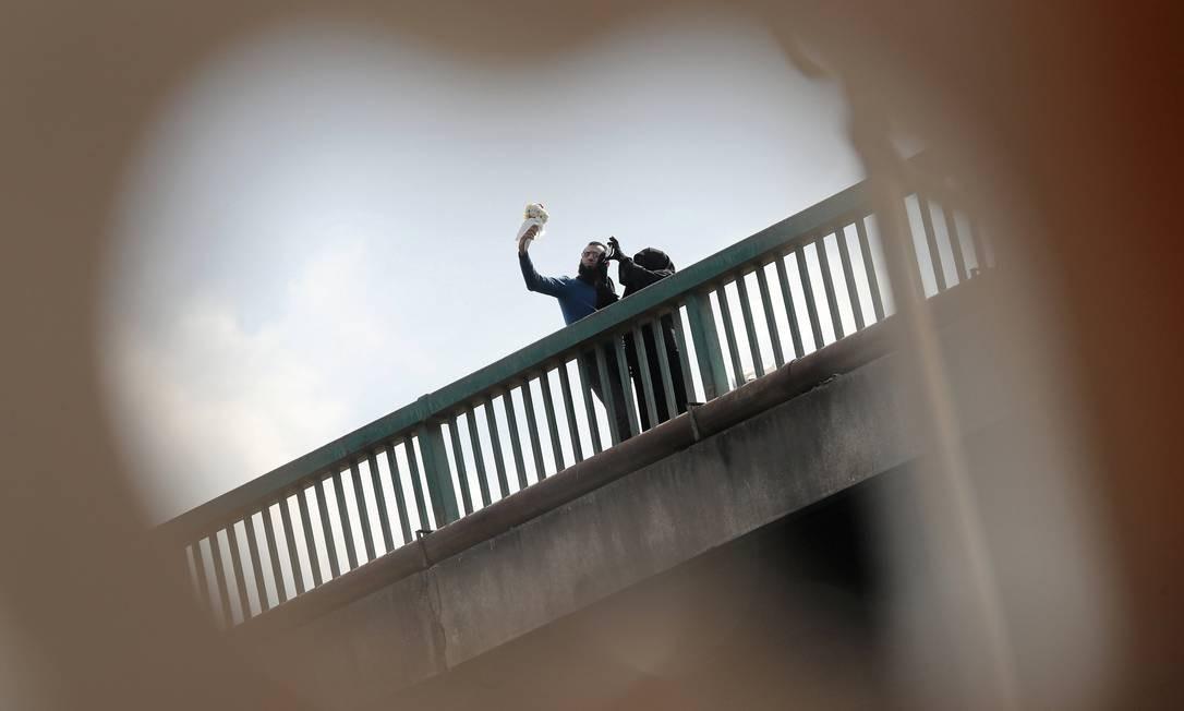 Casal é flagrado enquanto fazia uma selfie no Cairo, Egito Foto: AMR ABDALLAH DALSH / REUTERS